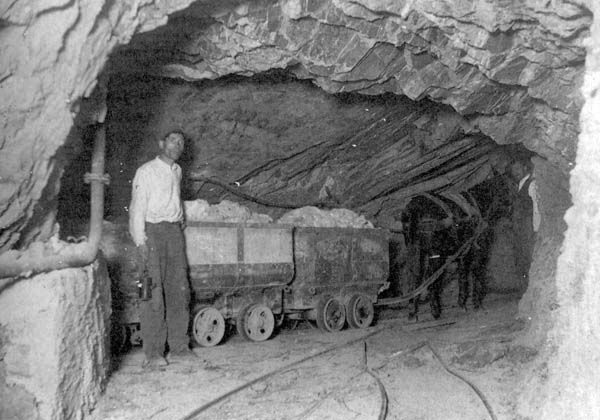 Weird Italy carusi-miners-006 The lives of the Carusi, the slave miners of Sicily Italian History Italy Crime News and Criminal Investigations Magazine  SULPHUR MINES sicily picuneri old photographs old images of Italy old images mines miners mine-boy Illegal labour Floristella Grottacalda Floristella Child Slavery in Sicily carusu carusi