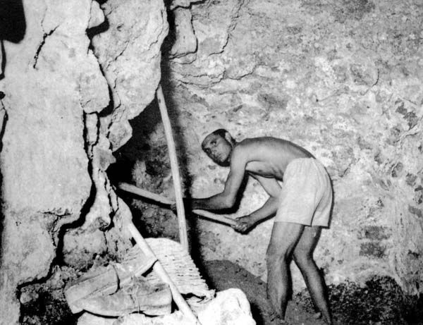 Weird Italy carusi-naked-miners-005 The lives of the Carusi, the slave miners of Sicily Featured Italian History Italy Crime News and Criminal Investigations Magazine  SULPHUR MINES sicily picuneri old photographs old images of Italy old images mines miners mine-boy Illegal labour Floristella Grottacalda Floristella Child Slavery in Sicily carusu carusi