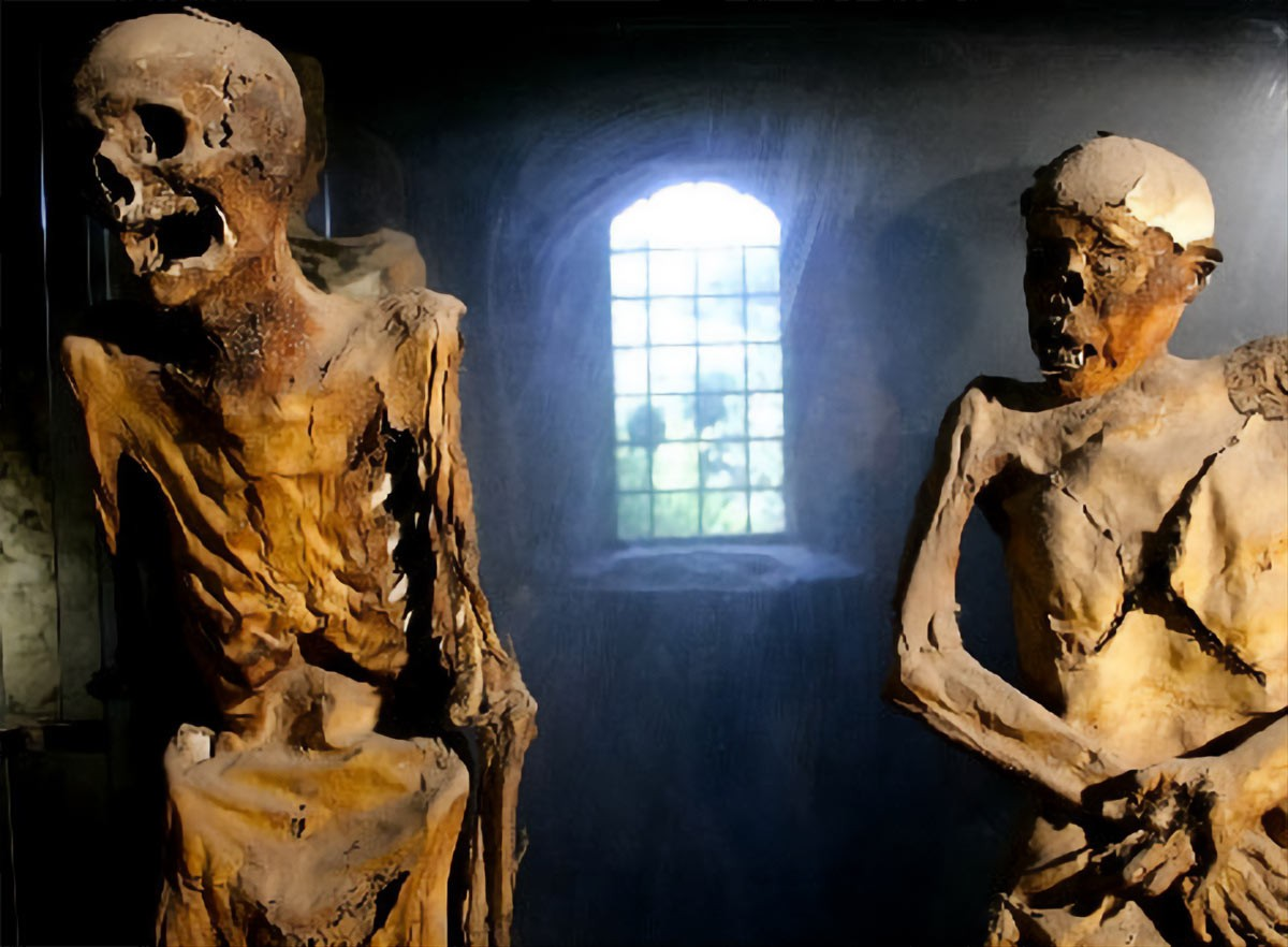 Weird Italy Ferentillo-mummies-1 The mummies of Ferentillo in Italy Featured Italian History Magazine What to see in Italy  Umbria pilgrims mummies microfungus ferentillo mummies Church of Santo Stefano burial ground bodies