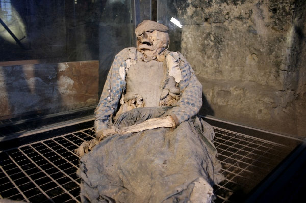 Weird Italy ferentillo-mummies-008 The mummies of Ferentillo in Italy Featured Italian History Magazine What to see in Italy  Umbria pilgrims mummies microfungus ferentillo mummies Church of Santo Stefano burial ground bodies