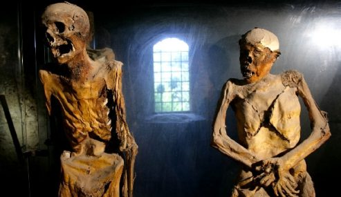 Weird Italy ferentillo-mummies-493x285 The Creepy mummies of Ferentillo in Italy Italian History Magazine What to see in Italy  Umbria pilgrims mummies microfungus ferentillo mummies Church of Santo Stefano burial ground bodies