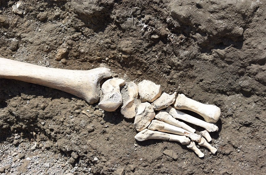 Weird Italy skeleton-pompeii-004 Archaeologists found in Pompeii the skeleton of a man fleeing from the fury of the Volcano Italian History Latest Italian News and Videos  Pompeii campania archeology