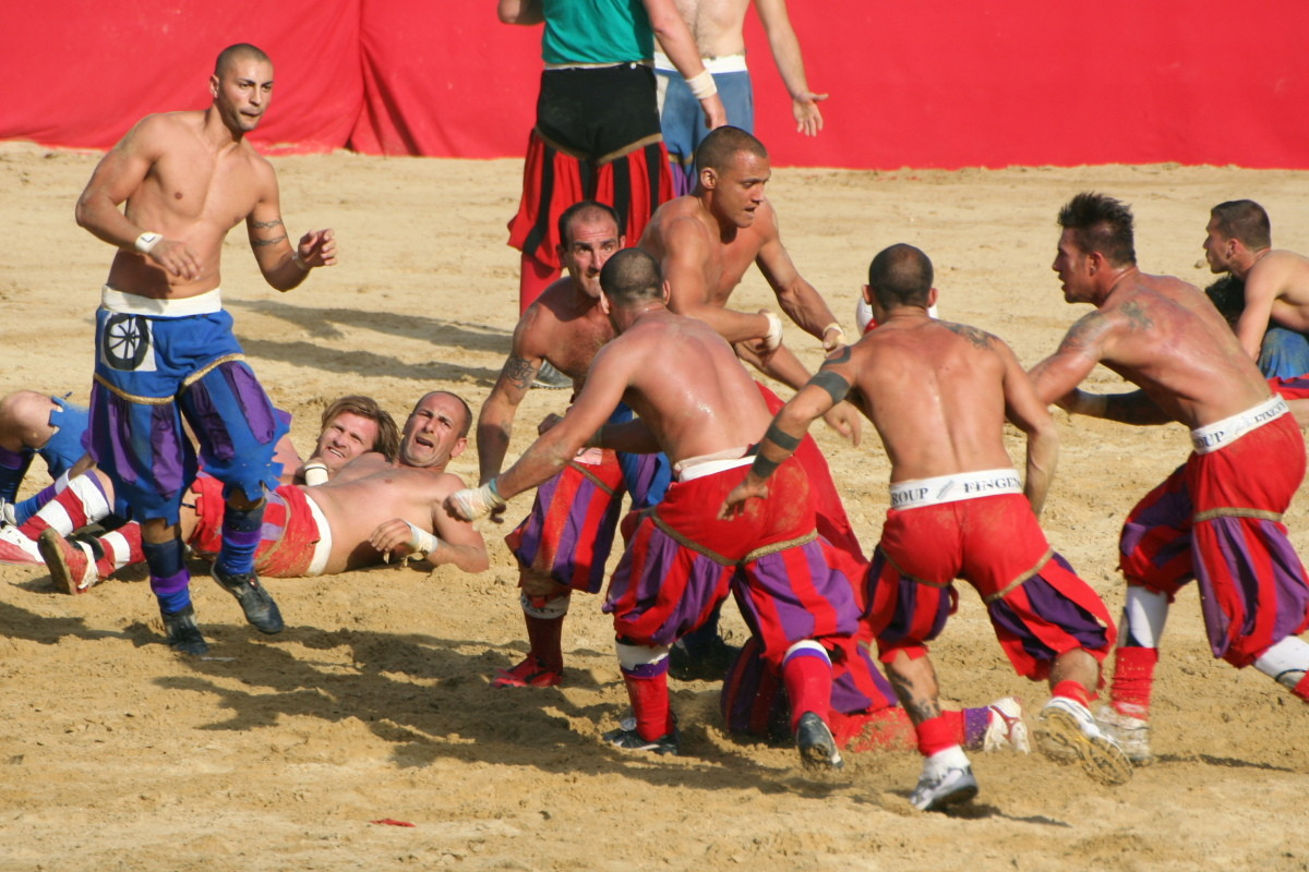 Weird Italy DD14E700-5F0E-49FA-8657-988055E83D91 Calcio Fiorentino, what is it, images and history of the ancestor of football Featured Italian History Italian People What to see in Italy