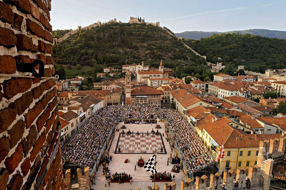 Weird Italy The-Human-Chess-of-Marostica-00c The Human Chess of Marostica, Italy Featured Italian History What to see in Italy  veneto chess