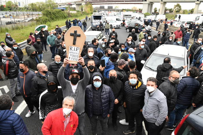 Weird Italy market-trader-protest-blocks-a1-motorway-near-caserta Market trader protest blocks A1 motorway near Caserta What happened in Italy today